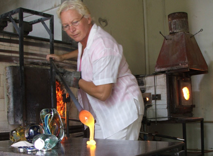lorna reade creating an ashes in glass memorial nugget